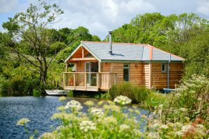 Luxury wood cabin by a wild swimming lake in Cornwall